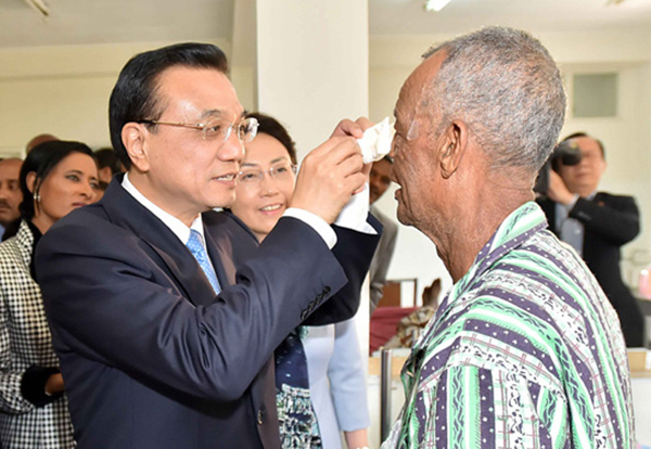 Premier Li Keqiang visits cataract patients in Addis Ababa:null
